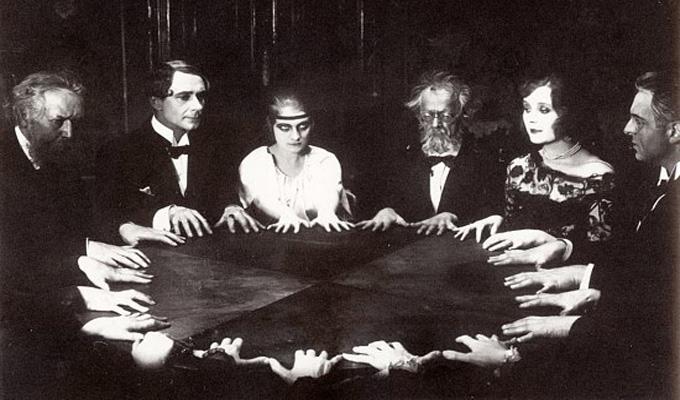 Szeretn�l a holtakkal besz�lni egy asztal seg�ts�g�vel?