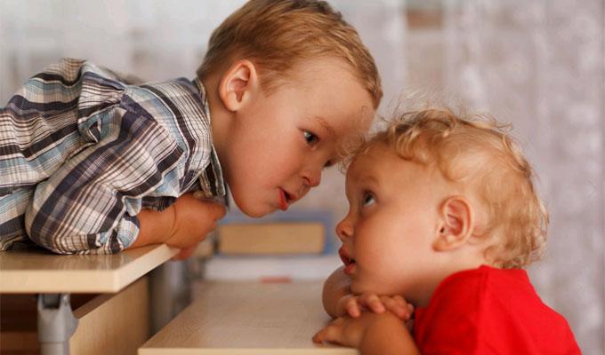 Ezért nem érdemes hagyni, hogy az idősebb testvér vigyázzon a kisebbre