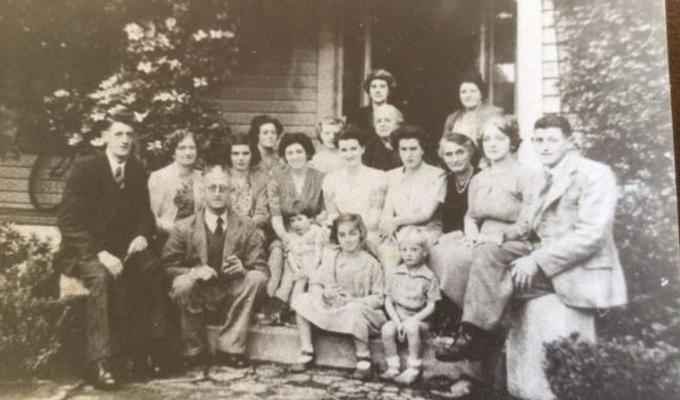 Régi családi fotót nézegetett, amikor valami hátborzongatót sikerült kiszúrnia