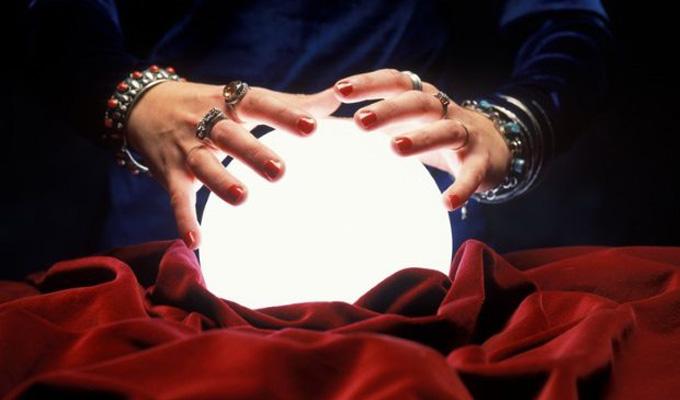10 hátborzongató, de valós eset mágikus tükrökről és kristálygömbökről